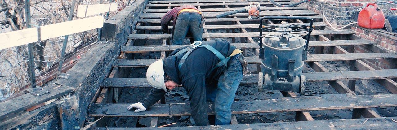 Construction toit Couvreur avec employés
